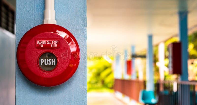 关闭紧急红色警戒按钮,并且火协助,使用争取和叫帮助,安全第一,生存的安全步 免版税库存图片