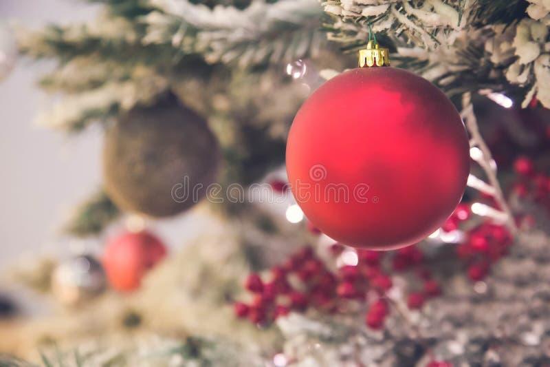 关闭红色圣诞树装饰 免版税库存照片