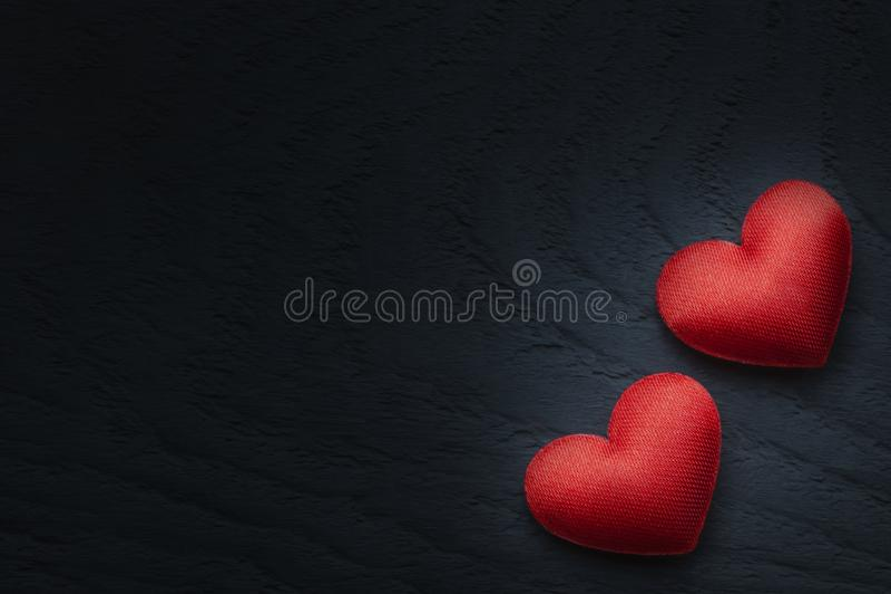 关闭红色心脏爱在木桌上的 St华伦泰` s天背景 免版税图库摄影