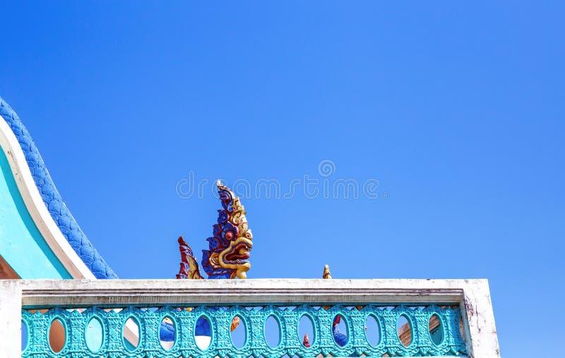 关闭纳卡人的灰泥雕塑,巨大纳卡人背景蓝天国王,蛇 免版税库存照片
