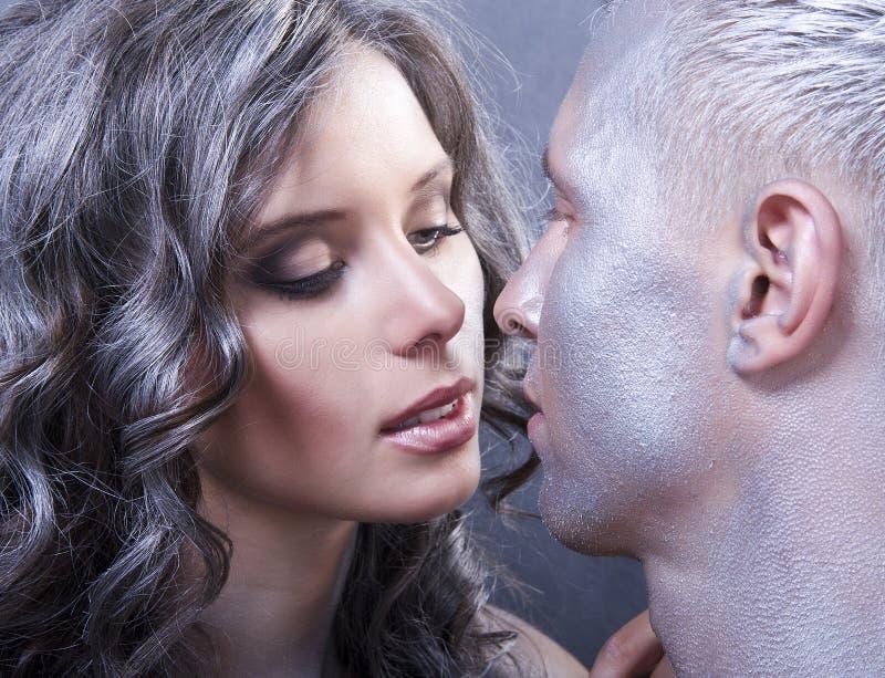关闭纵向新白种人夫妇亲吻 库存图片