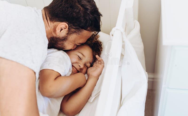 关闭纵容他的孩子的一个人 免版税库存图片