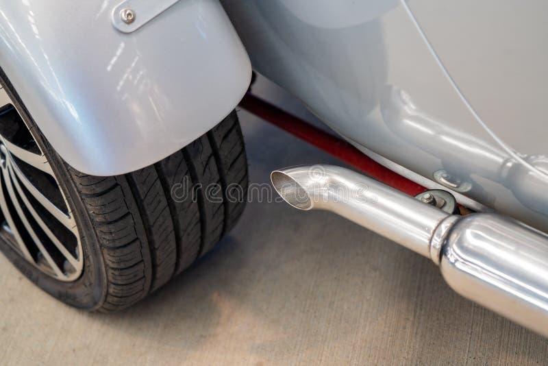 关闭经典汽车排气管和轮子 库存图片