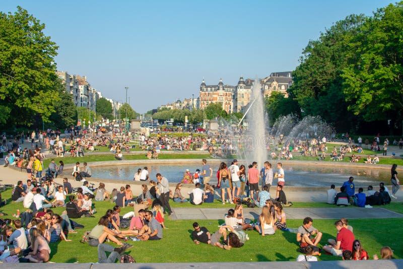 关闭绿色雕象在parc du cinquantenaire反对天空蔚蓝 库存图片