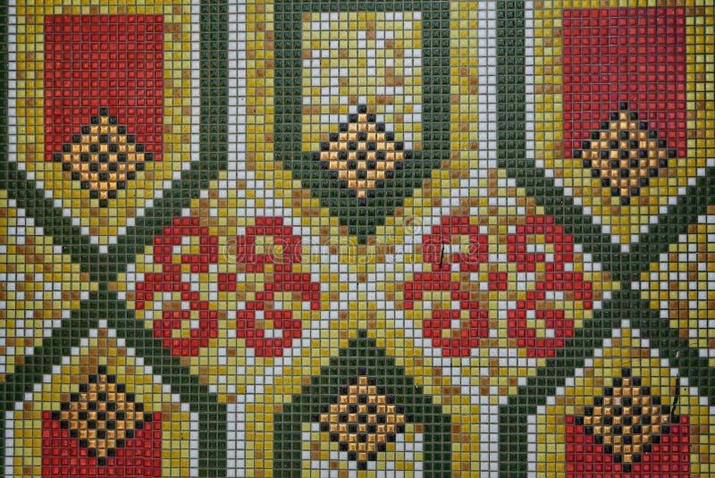 关闭绿色,黄色,红色和白色瓷砖的几何和花卉样式 库存照片