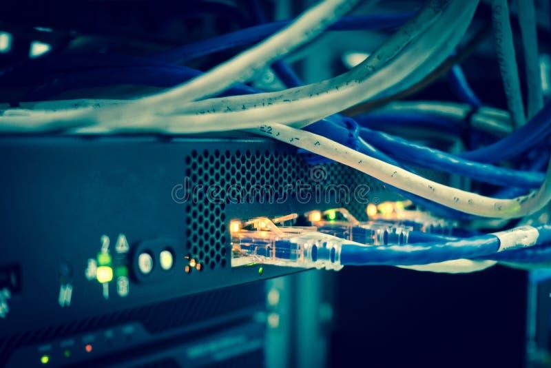 关闭网络互联网缆绳,被连接的插接线 库存照片