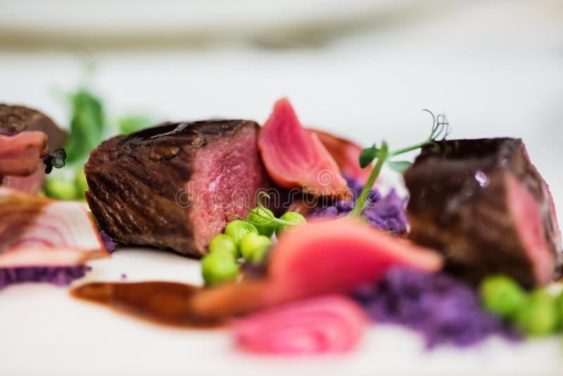 关闭羊排用的豌豆紫色土豆 免版税图库摄影
