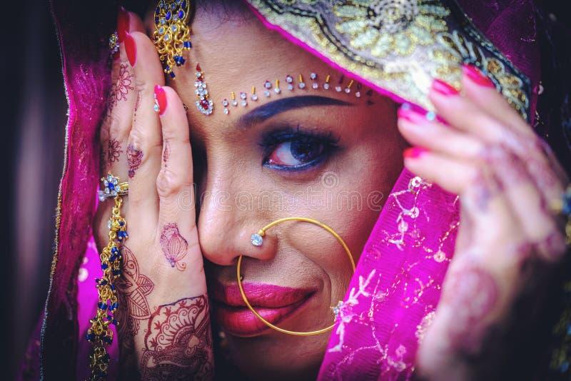 关闭美丽的印地安与kund的女孩年轻印度妇女模型 免版税库存图片