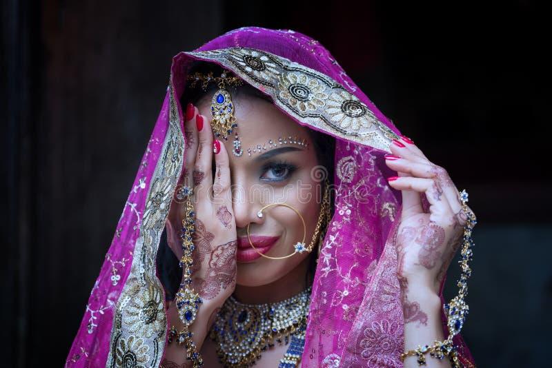 关闭美丽的印地安与kund的女孩年轻印度妇女模型 免版税图库摄影