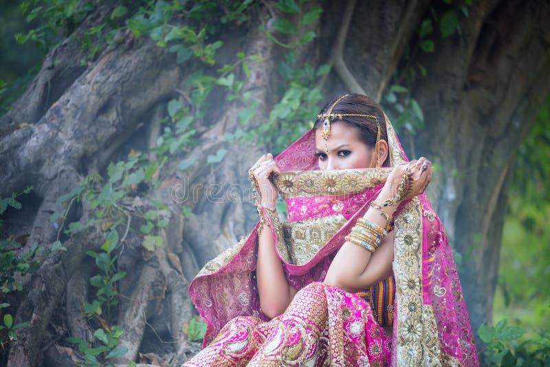 关闭美丽的印地安与kund的女孩年轻印度妇女模型 免版税库存照片
