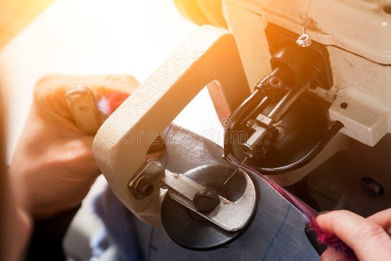 关闭美丽的妇女削皮工人 免版税库存图片