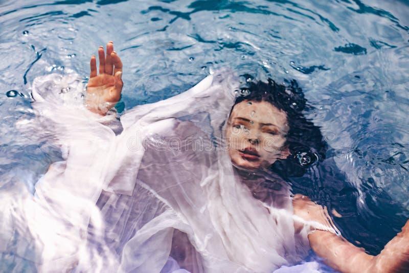 关闭美丽的妇女画象在与织品的水下 Fa 免版税库存图片