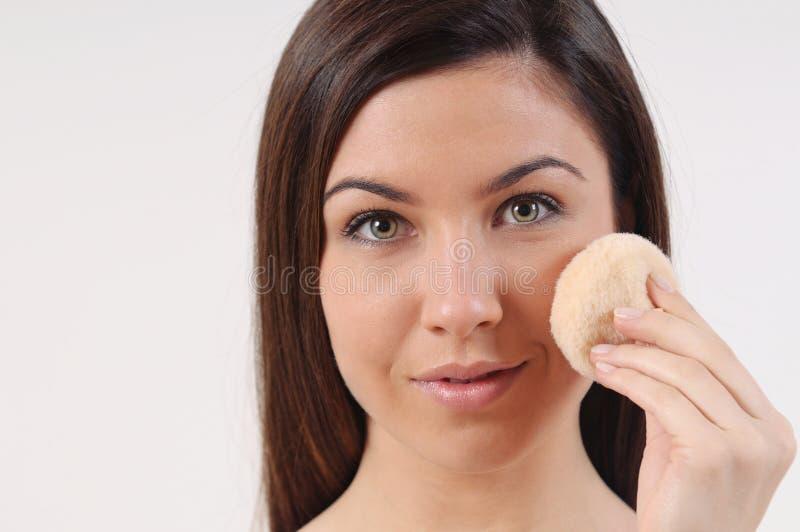 关闭美丽的妇女画象有纯净的敏感性皮肤的 免版税库存照片