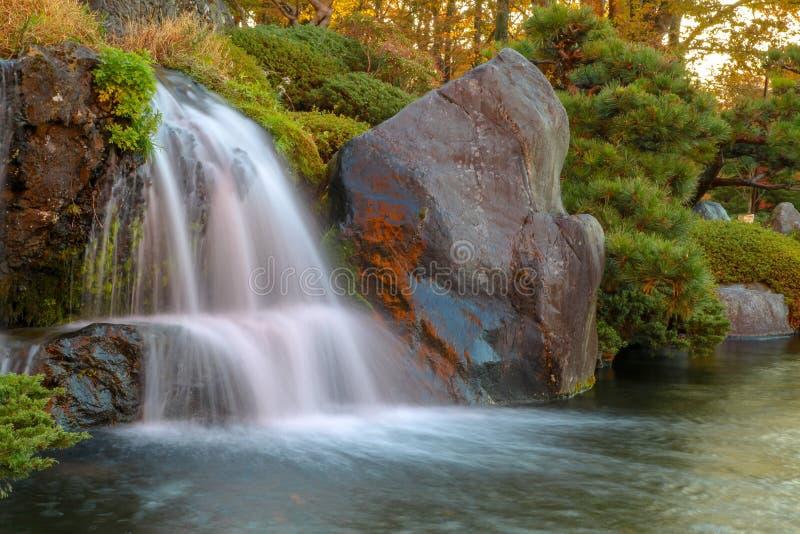 关闭美丽的瀑布在秋天在日本 免版税库存照片