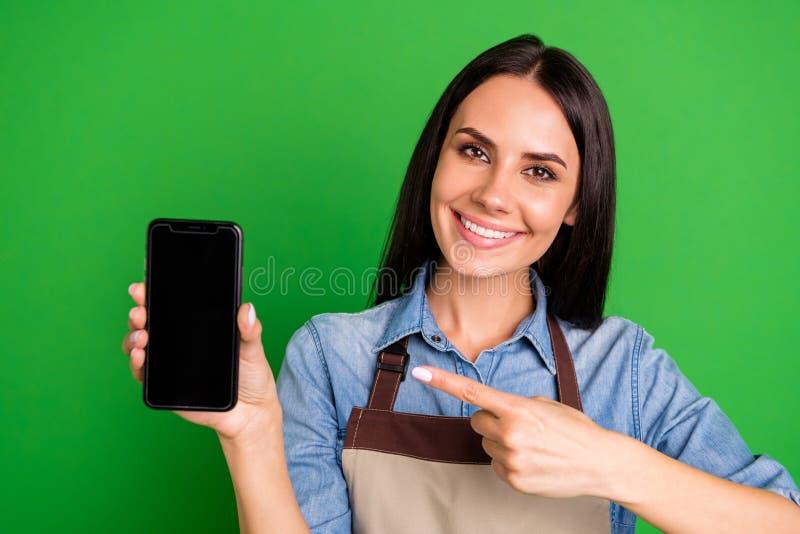 关闭美丽的照片她她的夫人胳膊打电话表明手指顾客劝告购买的买家最佳的提议销售的手 免版税库存图片