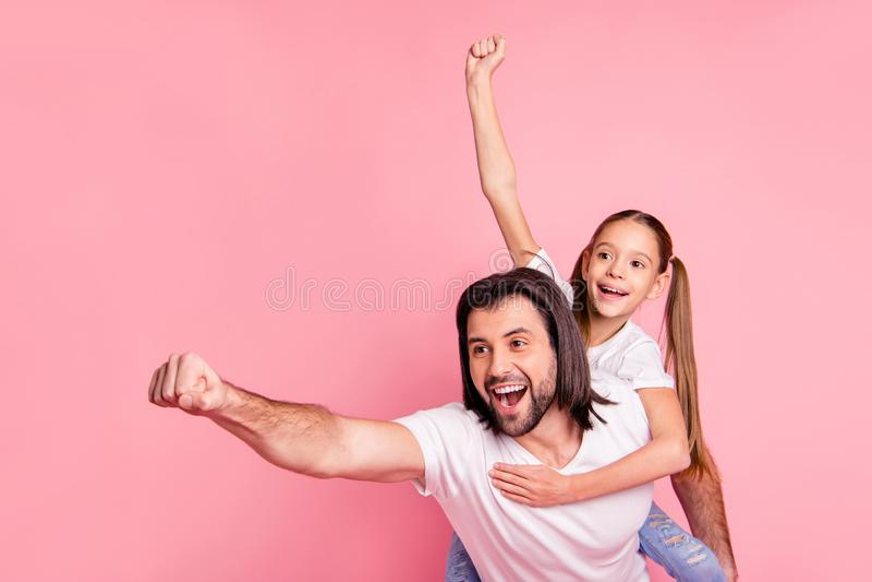 关闭美丽的照片她她的小夫人他他一点公主扛在肩上手胳膊准备好飞行的他的爸爸爸爸举行 库存图片