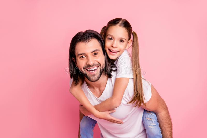 关闭美丽的照片她她的小夫人他他一点公主扛在肩上手胳膊滑稽质朴的他的爸爸爸爸举行 免版税库存图片