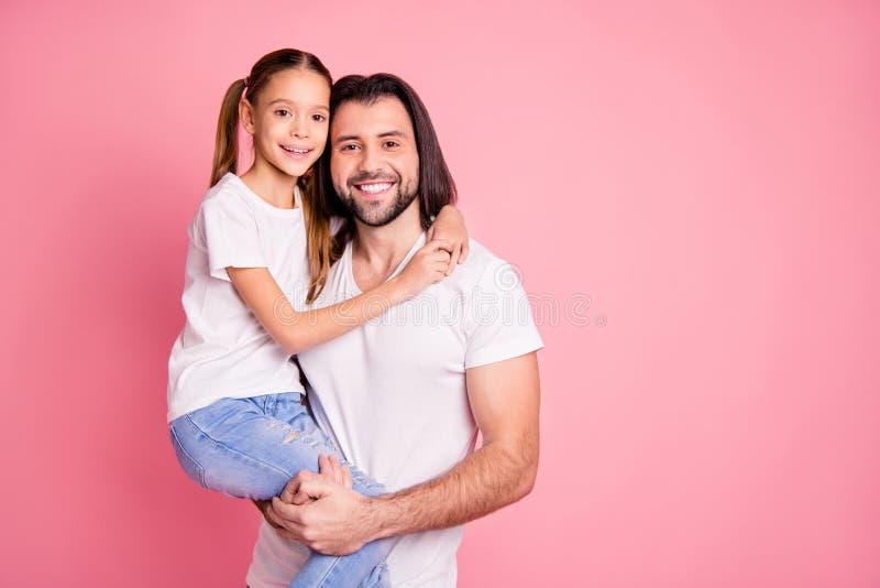 关闭美丽的照片她她的小夫人他他他的爸爸举行一点公主手胳膊甜点放松神色的喜爱 图库摄影