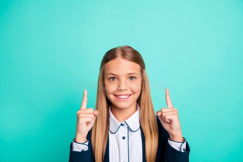 关闭美丽的照片她手臂间的手指表明空的空间低价学校用品材料的她的一点夫人 库存照片