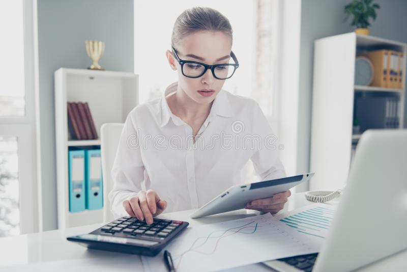 关闭美丽的照片她计算的收入投资举行手表比较的她的企业夫人计数自由职业者的薪金 免版税库存图片