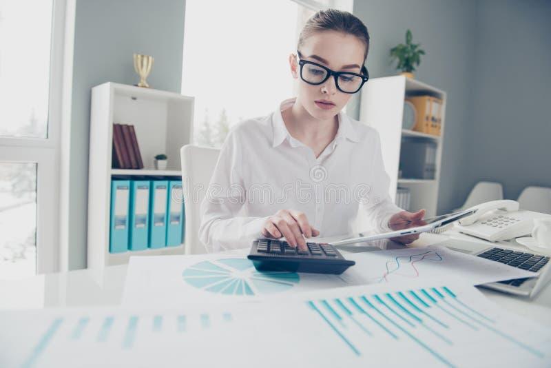 关闭美丽的照片她计算的收入投资举行手表比较的她的企业夫人计数自由职业者的薪金 库存图片