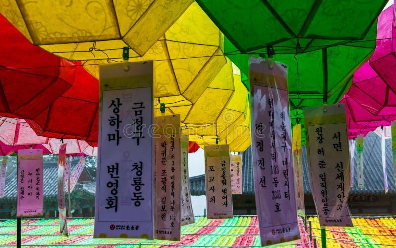 关闭美丽的纸灯 节日庆祝生日菩萨 位于寺庙Beomeosa,釜山,南部 免版税库存图片