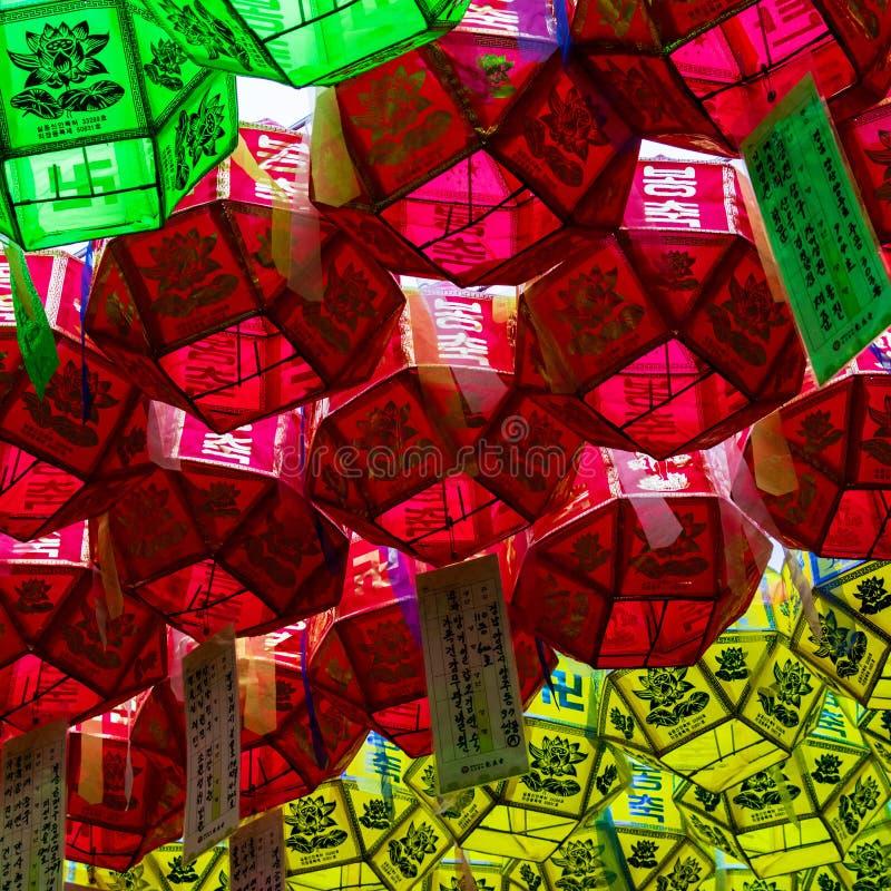 关闭美丽的纸灯 节日是庆祝菩萨诞生在韩国 库存照片