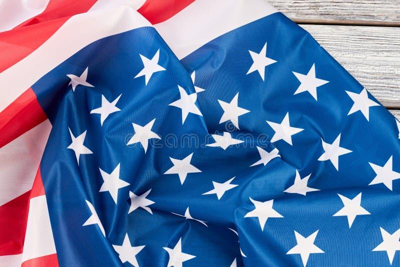 关闭美国的被弄皱的旗子木头的 免版税库存图片