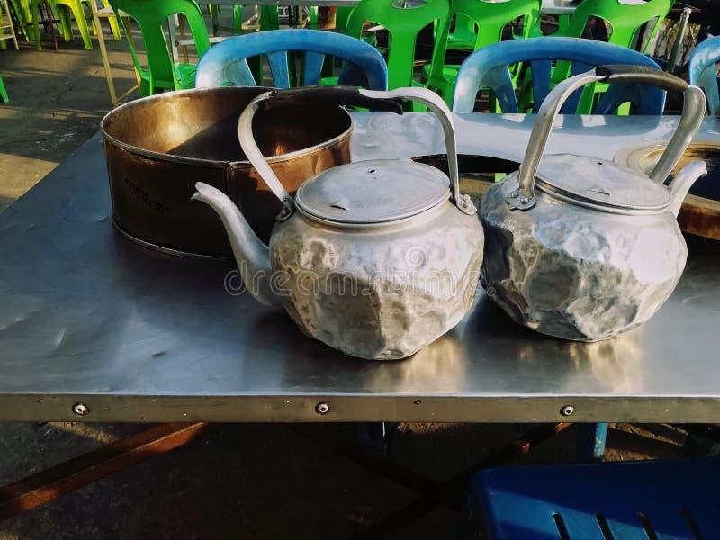 关闭老和被变形的茶罐的图片 免版税库存图片