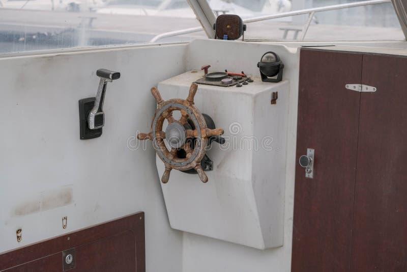 关闭老小船的舵 免版税库存图片