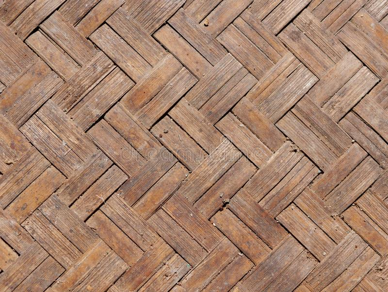 关闭老脏的被编织的竹小条板料背景  免版税库存图片