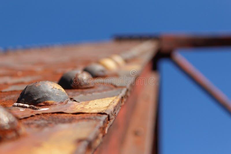 关闭老被放弃的桥梁螺栓 库存图片