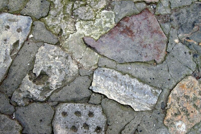 关闭背景的被风化的和挖坑的灰色石灰石 库存照片