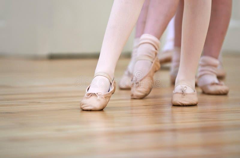 关闭脚对于儿童芭蕾舞蹈课 免版税图库摄影