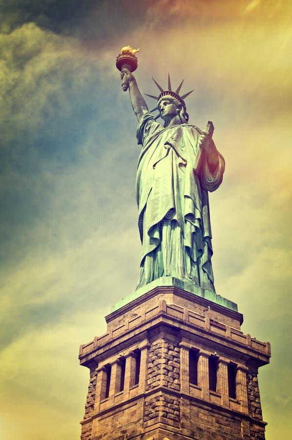 关闭自由女神象与它的垫座的,纽约 免版税库存照片