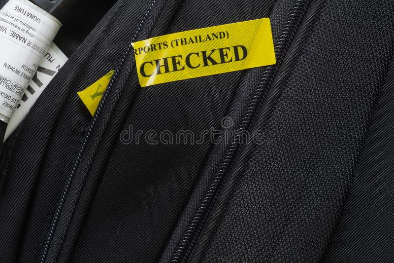 关闭航空公司被检查的行李标签和行李安全t 库存照片