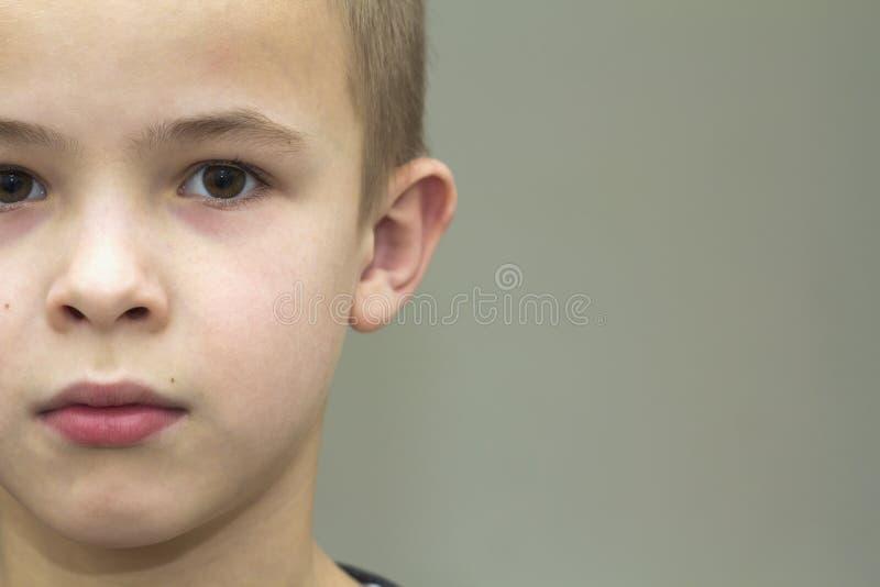 关闭英俊的小男孩画象  部分视图 库存图片