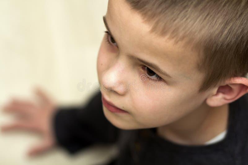 关闭英俊的小男孩画象  顶视图 库存照片