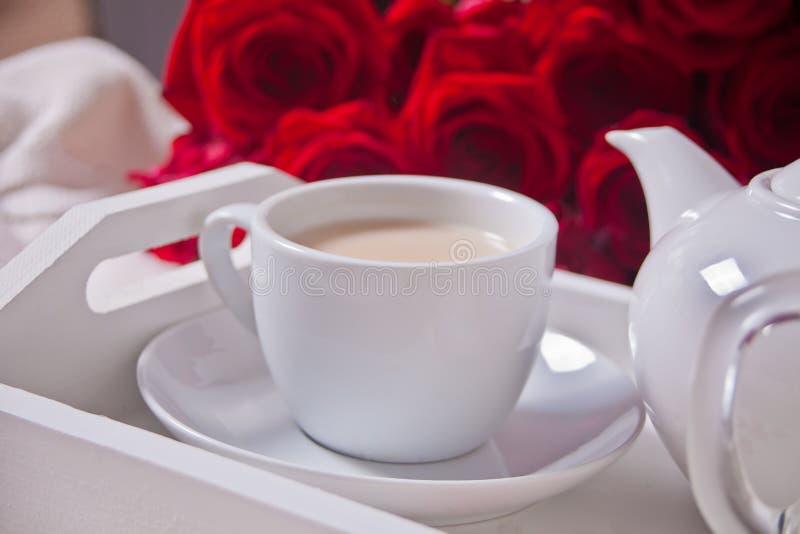 关闭茶与英国兰开斯特家族族徽的在白色盘子 库存照片