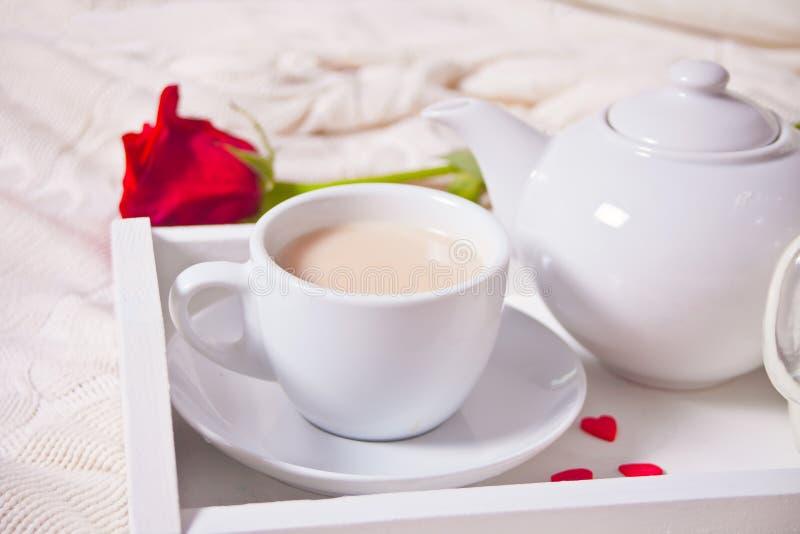 关闭茶与英国兰开斯特家族族徽的在白色盘子 免版税图库摄影
