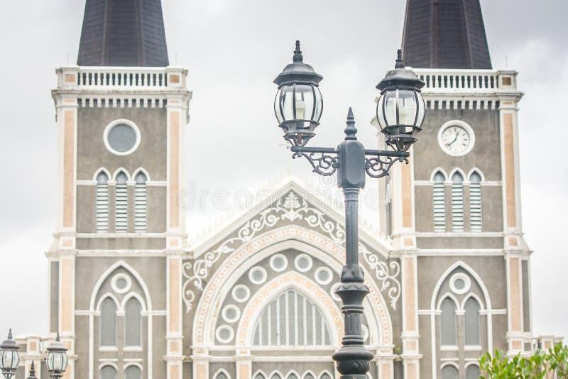 关闭葡萄酒街灯有天主教主教管区背景 免版税库存照片