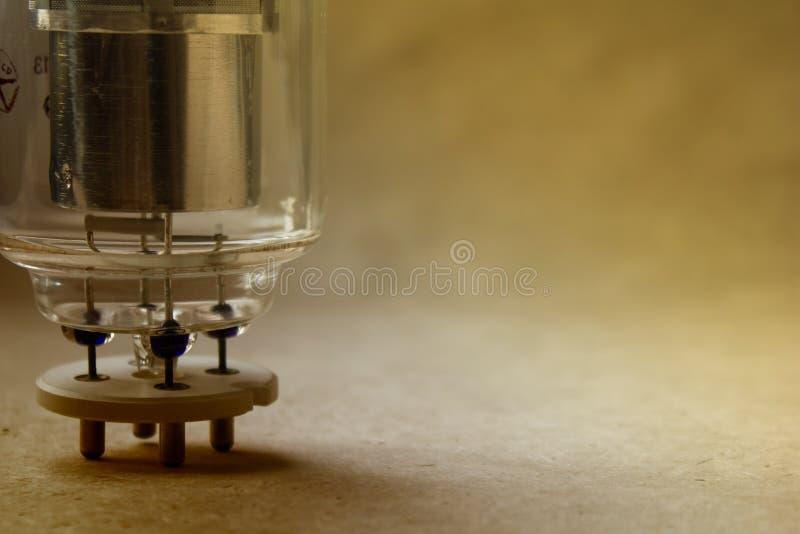 关闭葡萄酒radiolamp看法在牛皮纸的与软的焦点在背景中 在温暖的颜色修改 免版税图库摄影