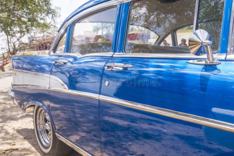 关闭蓝色经典汽车在古巴 免版税库存照片