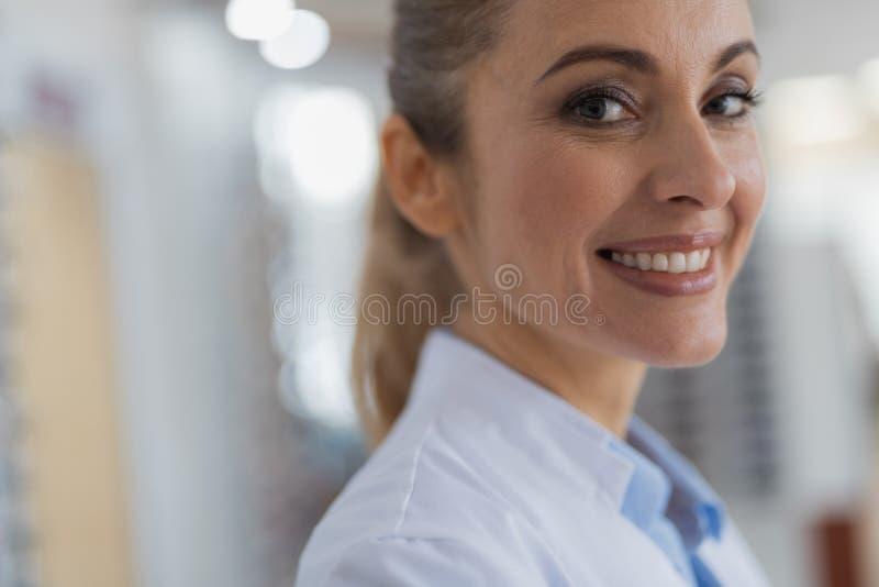 关闭表达一位快乐的医生阳 库存图片