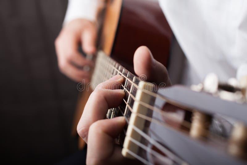 关闭被使用的吉他 库存图片