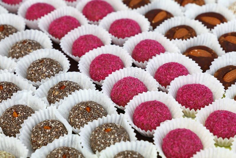 关闭被分类的糖果曲奇饼在面包店商店 免版税库存照片