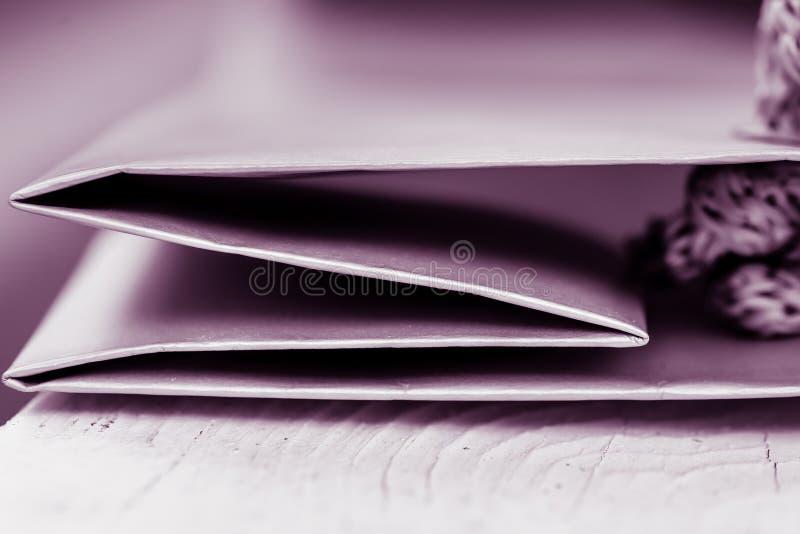 关闭被回收的纸袋被折叠的边缘与强的对角线的 免版税图库摄影