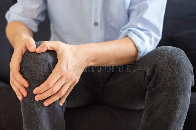 关闭被激起的膝盖,人遭受的腿痛 库存图片
