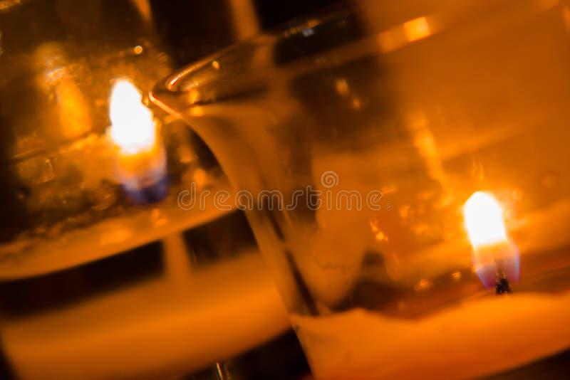 关闭被点燃的蜡烛射击  库存图片