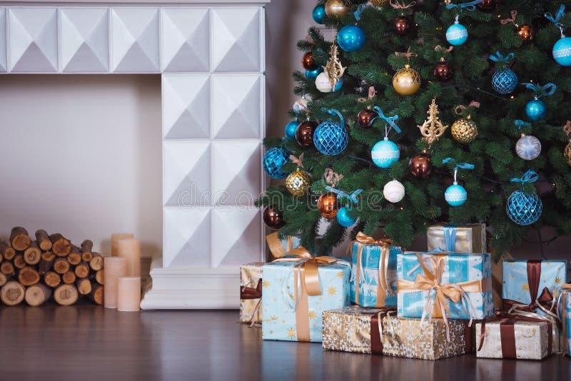 关闭装饰的圣诞树 没有人民 背景上色节假日红色黄色 免版税库存图片
